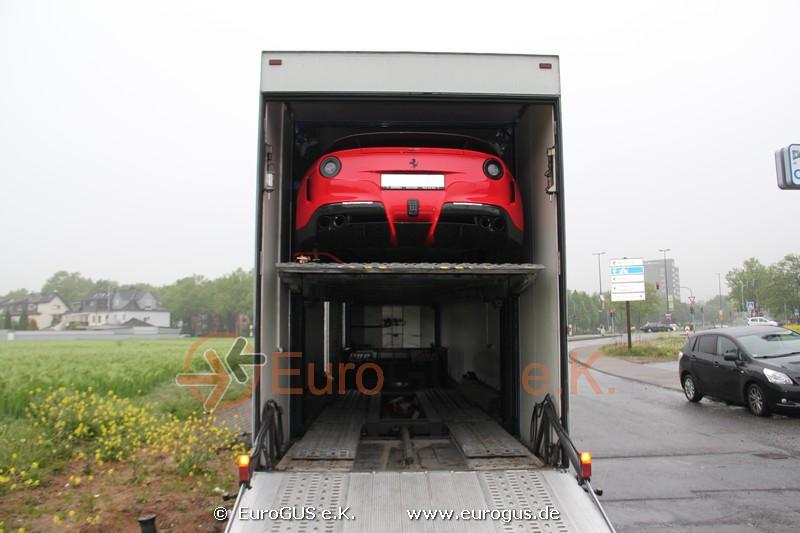 Феррари загружен в кузов крытого автовоза после тюнинга