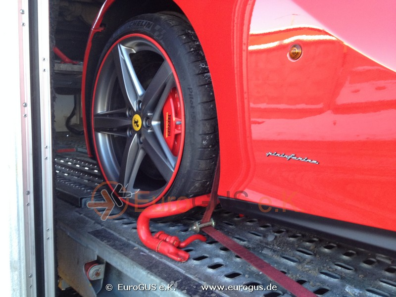 Крепление колеса автомобиля Феррари в крытом автовозе