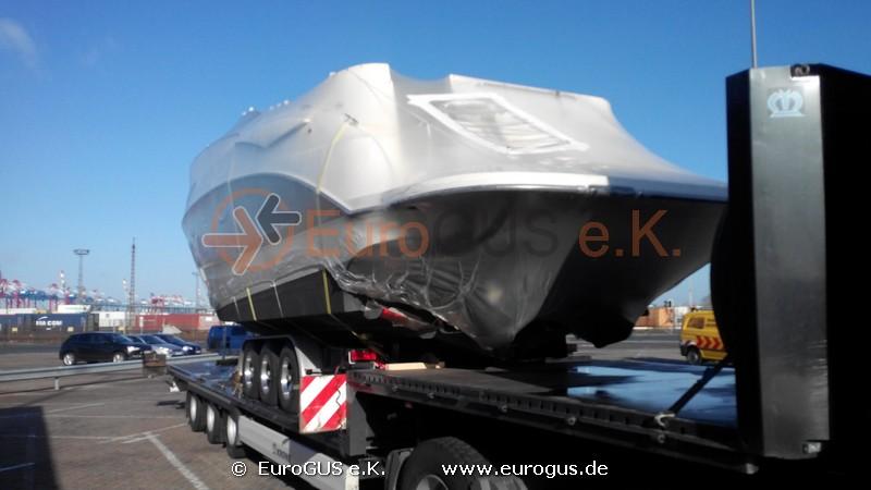 лодка закреплена на платформе и готова к транспортировке в казахстан
